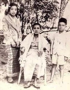 shamsiah fakeh aged 13 with her mother and brother Image from tarbiahdiriku.blogspot.my.