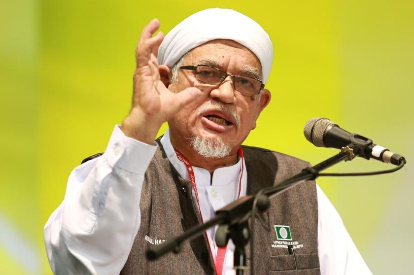 Hadi Awang's signature look - The Claw! - image from MalayMailOnline