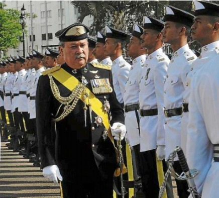 johor sultan inspecting guard. Image from The Star