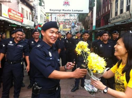Participants giving flowers to the cops. Image from myanimalcare.org.