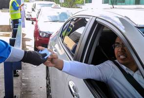 angry man pay toll booth Image from Astro Awani