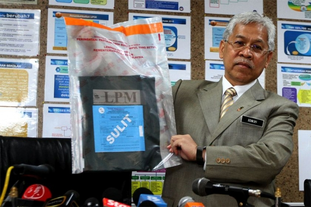 Idris Jusoh is holding UPSR papers here, but you get the idea. Image courtesy of The Malay Mail Online.