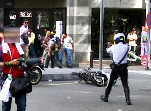 traffic police pointing gun at public. Image from Free Malaysia Today
