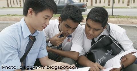 Abang-abang Form 5 kusyuk membaca... jadual cuti sekolah.