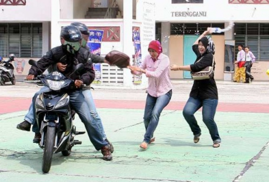 kl crime snatch theft motorcycle Image from funnymalaysia.net