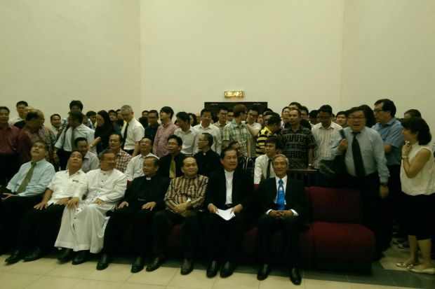 Religious groups and supporters at the Sarawak High Court after Roneey's ruling (Roneey not present). Image from TheStar.