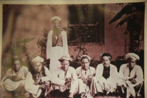 A group of Malay people wearing an 1800s version of the baju melayu. Pic from gywwwhistoryproject.blogspot.my