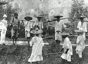 Chinese workers in a mine while the mat salleh looks on. Pic from iumwmalaysianstudies.blogspot.my