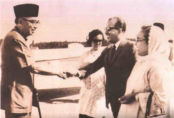 Asri Muda meets Tun Abdul Razak. Image from helenand.wordpress.com