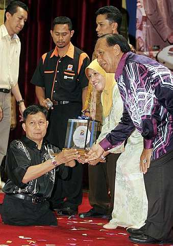 Tuah Atan receiving an award in 2009. Pic from MStar