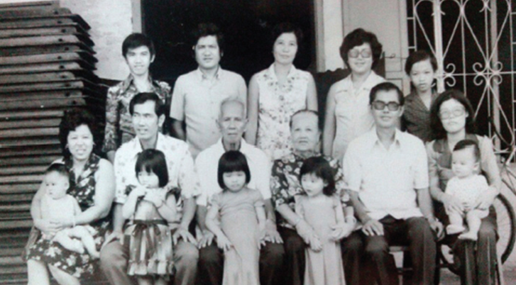 By the 1970s, Loke Ching Fatt was in his 80s and could no longer cope with the hectic workload of manually preparing hundreds of Yee Sang servings and serving thousands of customers. (Picture of the Loke family in the 70s, courtesy of Loke's grandchildren. One of the kids here would eventually become a famous DAP lawmaker! Can you guess who?)