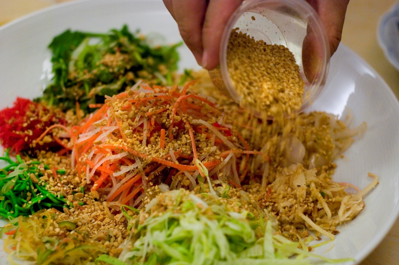 As the ingredients were added, the servers would also explain the auspicious meaning of each ingredient - probably to avoid questions from customers why they were not allowed to do it themselves! (Pic from beijinghaochi.com)