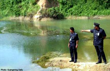 cops pdrm police mining pool pond abandoned drown youths fishing kajang