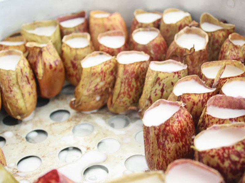 A steaming tray half full of pitcher lemang. Source