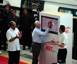 Najib touching mrt