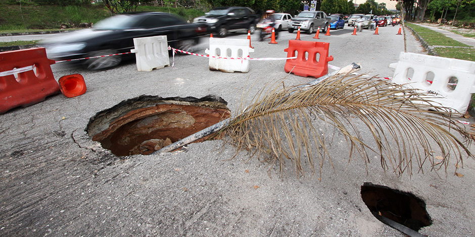 With a pothole so big, it's not just your suspension that will hancur... Dignity also hancur... Photo from The Rakyat Post