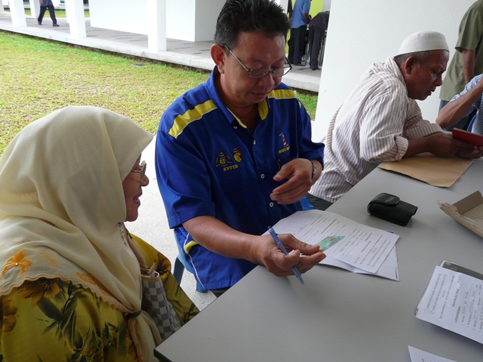 A veteran signing up at a roadshow by the KVTTB, a veteran association. Source