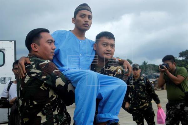 filipino soldiers carry malaysian sailor abu sayyaf kidnap