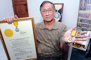 Paul Kiong, an ex-police who fought the communists, showing his S.P.. Img from UtusanOnline.