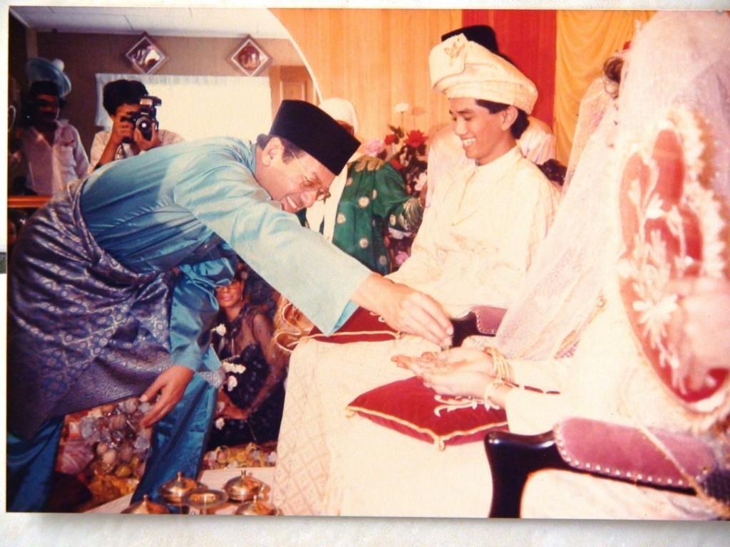 Image of Mahathir at Azmin's wedding from Tranungkite.