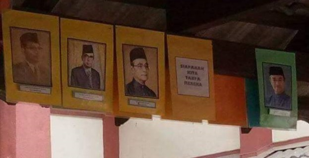 There were also rumors of Mahathir's photo removed from some schools. img from Malaysian Digest.