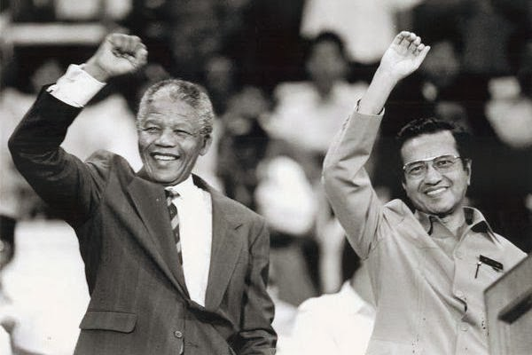 Nelson Mandela (left) with Mahathir. Img from rocky's bru.