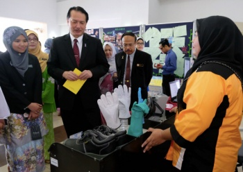 Datuk Dr Noor Hisham (with the yellow paper) after launching a relevant module last month. Img from the Sun Daily.