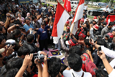 The Jalur Gemilang being trampled on during the 2010 protests at the Malaysian Embassy in Jakarta. Image from Citra Ceria Berita