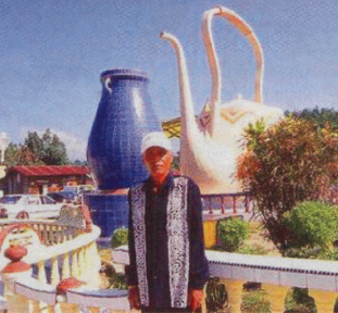 The late Ayah Pin with his teapots Sky Kingdom. Image from Wikipedia