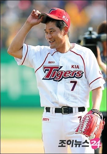 Lee Jong-Beom, a baseball player donated his trophies and medals. Image from Blown To Smithereens