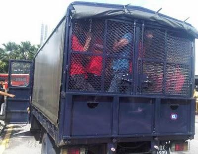 """""""Can pass the lighter ah bro?"""" Image from http://pahang-ku.blogspot.com/2013/05/banduan-lari-dari-trak-polis.html"""