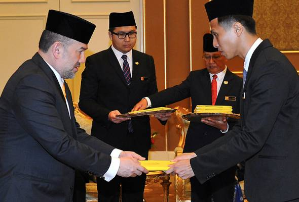 James Tan, a BYDPA scholarship receiver in 2017, being awarded by the King Sultan Muhammad V. Image from Astro Awani