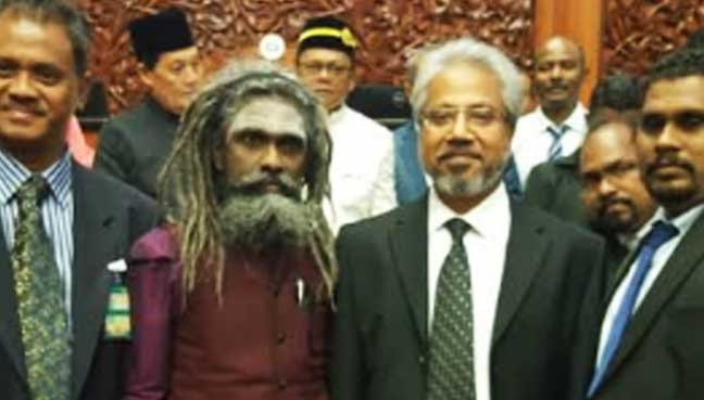 Waytha Moorthy with the 'ghostly' Hindu scholar and friend Arunachalanandaji. Image from Free Malaysia Today