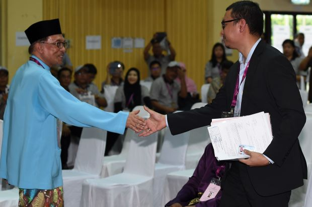 The second most complex handshake in Malaysian politics... or is it first? We don't even know anymore, all of this is getting too bizarre. Image from: The Star Online