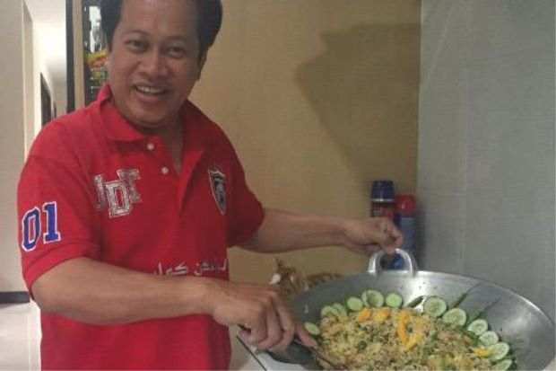 Wouldn't you want Ahmad Maslan to cook for you? Img from the Star.