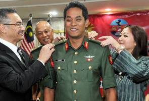 Khairy getting his honours. Image from Astro Awani