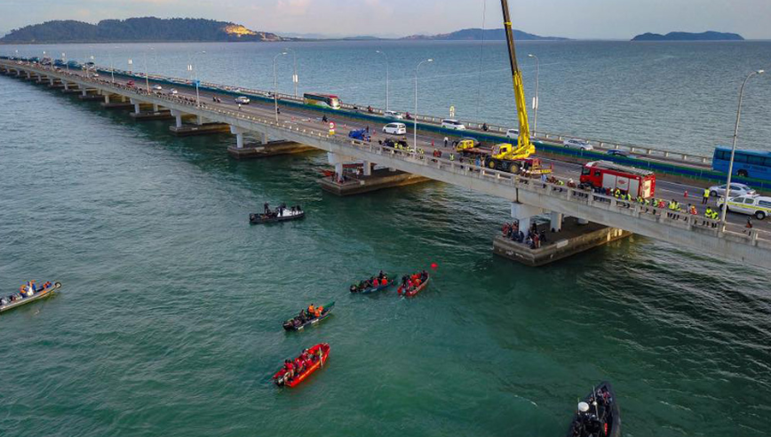 The scene at the Penang bridge where search and rescue authorities carried out the retrieval. Image from Malaysiakini