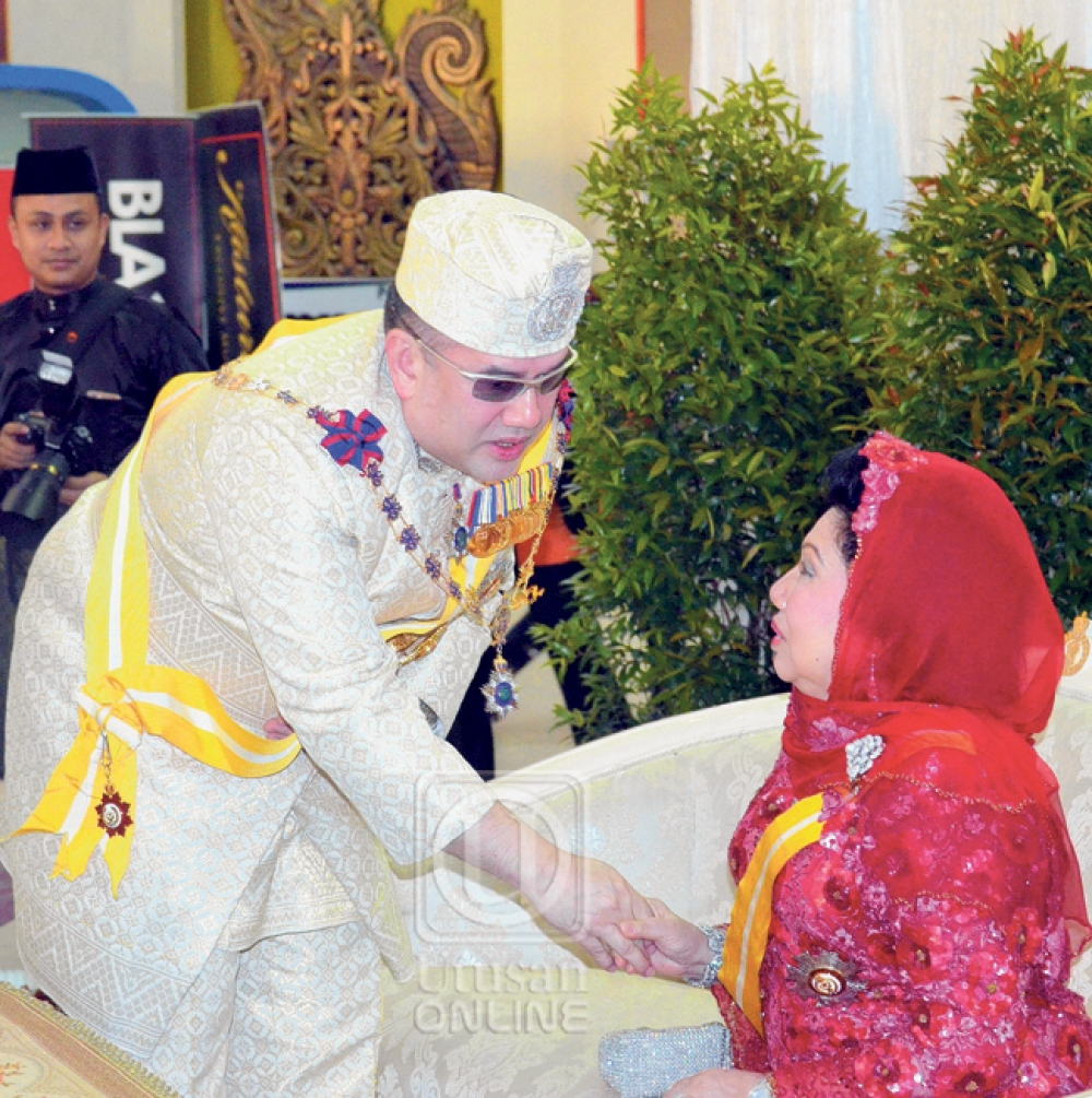 See, Sultan Muhammad V with his mother. Img from Utusan Online