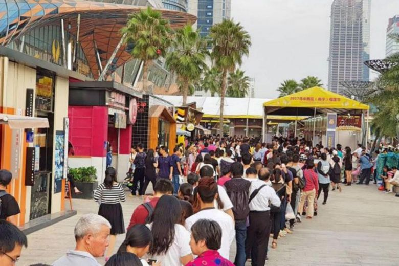 Visitors lining up at the durian festival in Nanning, China last year. Img from Straits Times.