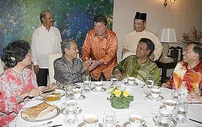 Ling shaking hands with Dr M, with some femes faces nearby. Image from Din Merican