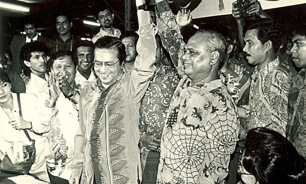 Mahathir following the announcement of his narrow win at the 1987 UMNO party elections. Image form Utusan