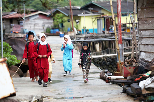 Local kids walking down a pier in Natuna. Img from Jakarta Post.