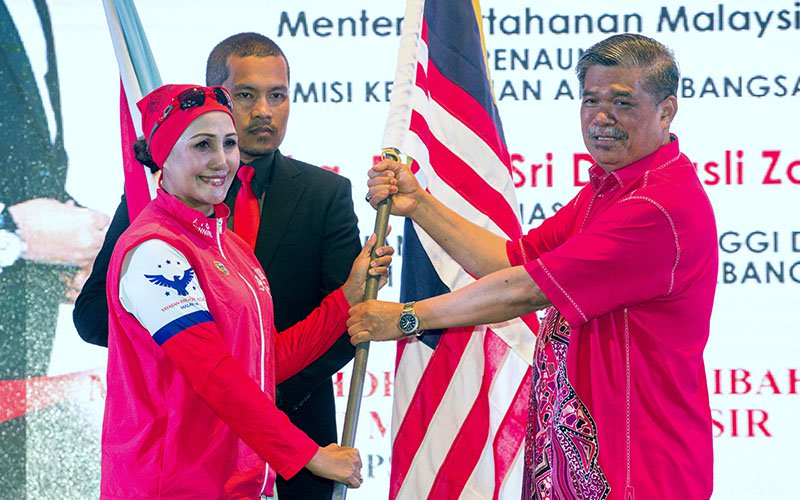 Dr Suwaibah (left) and the Defense Minister, Mat Sabu. Img from FMT