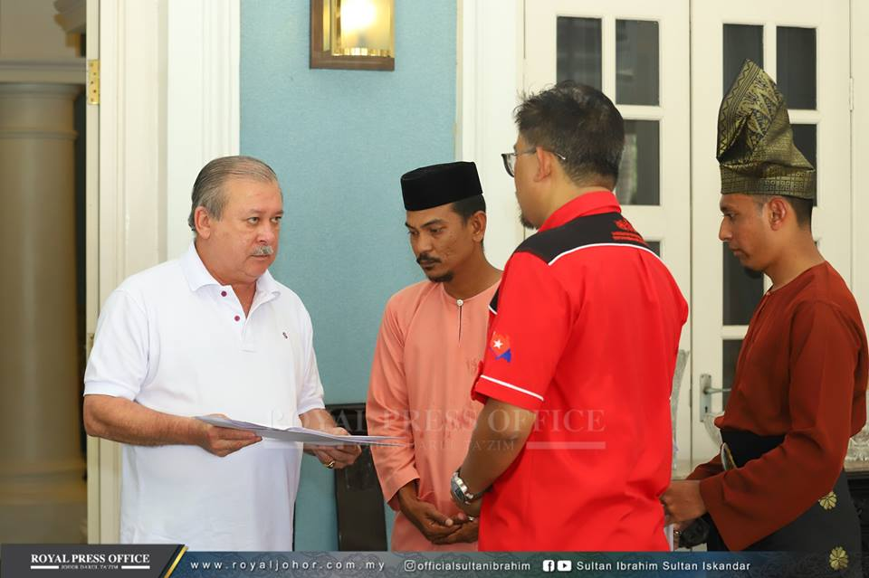 The Johor Sultan receiving the memo from the protesters. Image form Sultan Ibrahim's Facebook page