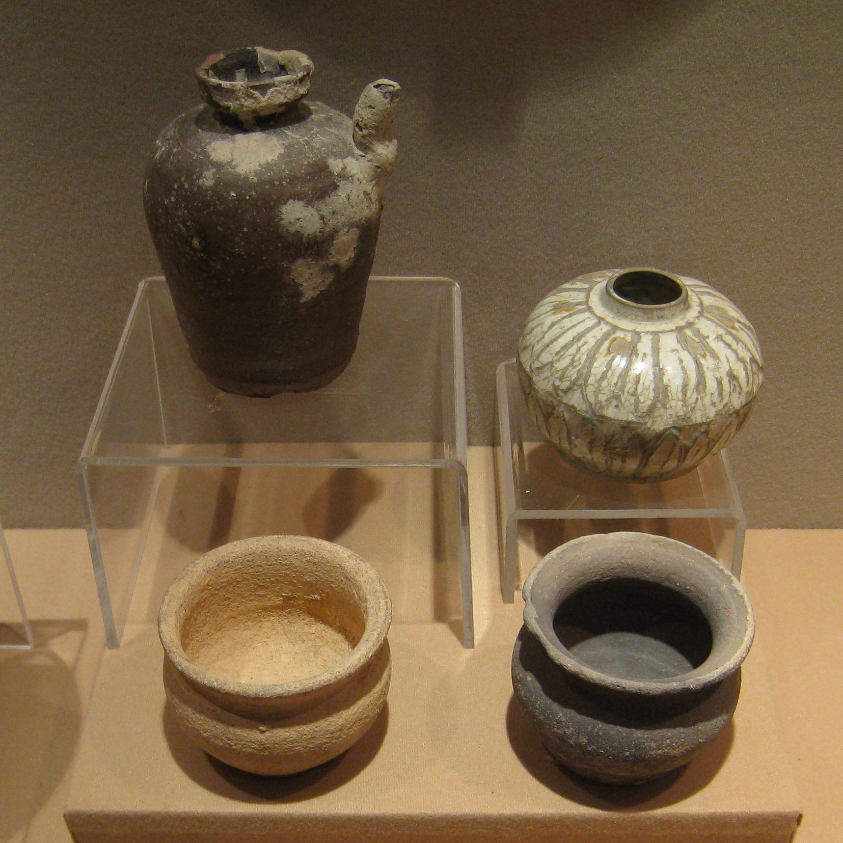Chinese style pots found in Kedah, especially the top right one. Image from www.photodharma.net