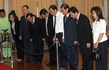 MCA leaders paying their last respects to Ghafar Baba following his death. Image from The Star
