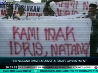 Banners of protest when Idris was ordered to resign. Image from siasahdaily.blogspot.com