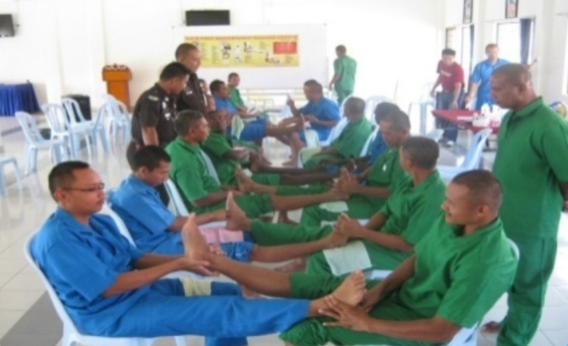 Prisoners training in reflexology. Img from CAPAM.