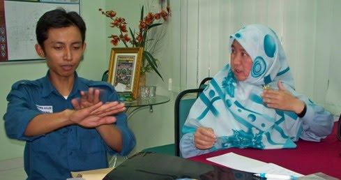 Azlan retelling the story of what happened to him. Img from Sedaka Sejahtera.