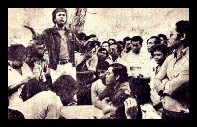 Hishamuddin Rais speaking at the Tasek Utara demo. Image from Pro Mahasiswa USM.